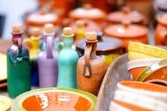 Os pratos cerâmicos, os utensílios de mesa e os jarros venderam no mercado da Páscoa em Vilnius fotos de stock royalty free