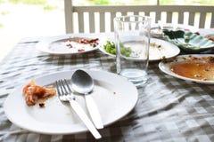 Os pratos e os vidros estão sujos fotos de stock