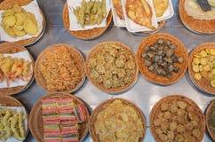 Os pratos laterais fritados coreanos serviram na cesta de madeira fotografia de stock royalty free