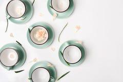 Os pratos limpos, copos de café ajustaram o fundo com espaço da cópia fotografia de stock royalty free