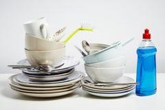 Os pratos sujos empilham a necessidade do lavagem acima no fundo branco imagem de stock