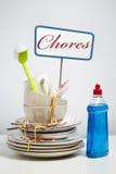 Os pratos sujos empilham a necessidade do lavagem acima no fundo branco Imagens de Stock