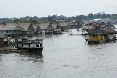 Os precários da vila de Belen em Iquitos, Peru na floresta úmida das Amazonas fotos de stock