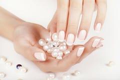 Os pregos da mulher bonita com tratamento de mãos francês Imagens de Stock