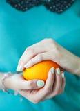Os pregos da mulher bonita com tratamento de mãos francês de turquesa bonita Imagem de Stock
