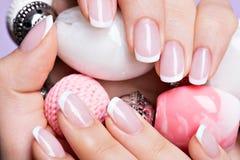 Os pregos da mulher com tratamento de mãos branco francês bonito Imagens de Stock Royalty Free