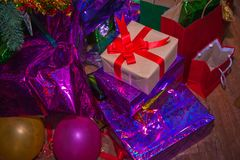 Os presentes de Natal com fita vermelha colocaram em uma tabela de madeira no estilo do vintage Imagem de Stock
