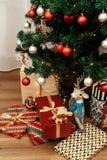 Os presentes de Natal luxuosos brincam no papel de envolvimento moderno stylish Imagem de Stock