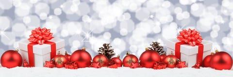 Os presentes do Natal apresentam a estrelas da decoração da bandeira das bolas o backgroun Imagens de Stock Royalty Free