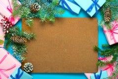 Os presentes do Natal e o abeto coberto de neve ramificam com copyspac Fotografia de Stock