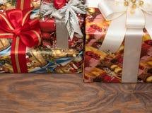 Os presentes do Natal já são comprados e embalados imagens de stock