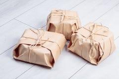 Os presentes embalados no pacote do papel do ofício amarraram uma corda em um carvalho branco d Foto de Stock Royalty Free