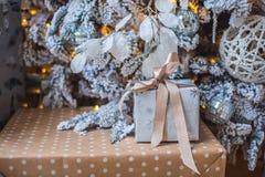 Os presentes estão sob a árvore Fotos de Stock