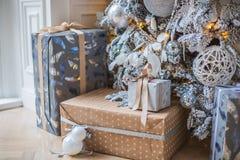 Os presentes estão sob a árvore Imagens de Stock
