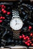 Os presentes masculinos bonitos, os relógios em presentes bonitos do empacotamento/ofício para ele e o enchimento brilhante, pres Fotos de Stock Royalty Free