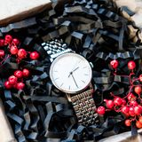 Os presentes masculinos bonitos, os relógios em presentes bonitos do empacotamento/ofício para ele e o enchimento brilhante, pres Imagem de Stock Royalty Free
