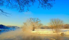 Os primeiros dias da mola em Rússia Pares sobre o rio Fotografia de Stock Royalty Free