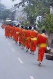 Os principiantes budistas andam para recolher a esmola e as ofertas, Luang Prabang, Laos. Imagem de Stock Royalty Free
