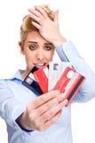 Os problemas do débito forçaram cartões de crédito da terra arrendada da mulher Foto de Stock Royalty Free