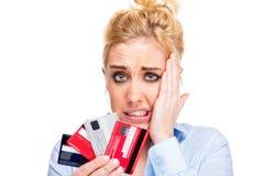 Os problemas do dinheiro forçaram cartões de crédito da terra arrendada da mulher Fotografia de Stock Royalty Free