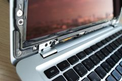 Os problemas quebrados do portátil do computador da tela prestam serviços de manutenção ao reparo, close up c fotos de stock