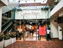 Os produtos de Calvin Klein Jeans, do fato da platina, do roupa interior, do desempenho e dos acessórios para a loja dos homens e imagem de stock