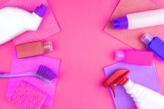 Os produtos de limpeza da casa est?o no fundo cor-de-rosa fotos de stock royalty free