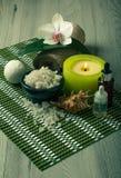 Os produtos dos termas na orquídea de madeira do fundo florescem, rolam com mar Foto de Stock Royalty Free