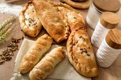 Os produtos frescos do sésamo da pastelaria na padaria local compram Foto de Stock Royalty Free