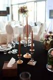 Os produtos vidreiros efervescentes estão na tabela preparada para o casamento Decoração do casamento, interior festive Tabela de fotos de stock