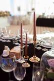 Os produtos vidreiros efervescentes estão na tabela preparada para o casamento Decoração do casamento, interior festive Tabela de imagens de stock