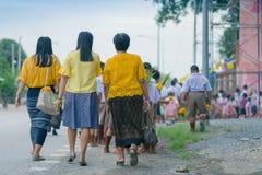 Os professores e os estudantes tailandeses na vela desfilam, cand emprestado budista fotos de stock