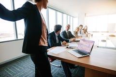 Os profissionais incorporados têm a reunião na sala de conferências Foto de Stock Royalty Free