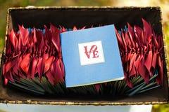 Os programas da cerimônia de casamento com a palavra amam nela Fotografia de Stock