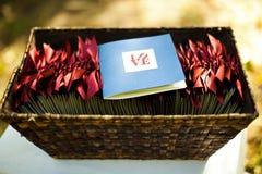 Os programas da cerimônia de casamento com a palavra amam nela Foto de Stock Royalty Free