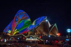 Os projetos projetaram-se nos telhados do teatro da ópera durante o festival vívido de Sydney Imagem de Stock