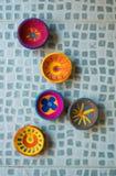 Os projetos sortidos de tradicional mão-crafted erthen as lâmpadas pintadas por crianças para o festival de Diwali fotografia de stock
