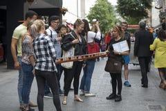 Os promouters das meninas mantêm vidros da cerveja em uma bandeja longa As meninas estão anunciando um restaurante da cerveja per Imagens de Stock