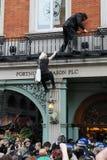 Os protestadores escalam e ocupam um armazém Imagens de Stock Royalty Free