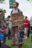 Os protestadores reagruparam nas ruas contra o corporaçõ de Monsanto Fotografia de Stock Royalty Free