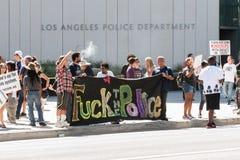 Os Protestors guardam uma bandeira fora das matrizes de LAPD Fotos de Stock Royalty Free