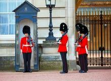 Os protetores da rainha no Buckingham Palace em Londres, Reino Unido Imagens de Stock