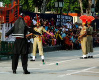 Os protetores de marcha do paquistanês e do indiano no uniforme nacional na cerimônia de abaixar o flagsLahore, Paquistão Fotografia de Stock Royalty Free