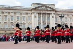 Os protetores reais britânicos, a faixa militar executam a mudança do protetor no Buckingham Palace Fotografia de Stock Royalty Free