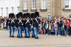 Os protetores reais no quadrado em Amalienborg fortificam Fotografia de Stock