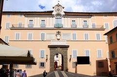 Os protetores suíços aproximam o palácio papal, Castel Gandolfo foto de stock royalty free