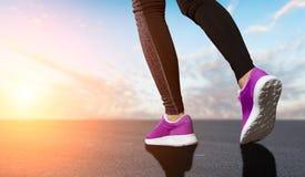 Os pés da mulher preparam-se correndo Fotos de Stock