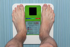 Os pés equipam em escalas eletrônicas do assoalho Imagens de Stock