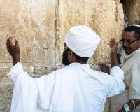 Os qess etíopes do rabino de Unidentifed e seu congregant rezam na parede ocidental do Jerusalém fotografia de stock