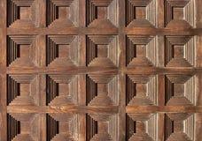 Os quadrados modelam na porta de madeira velha foto de stock royalty free